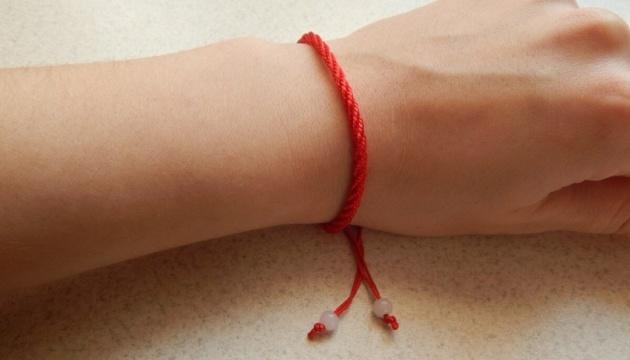 червона нитка на руці