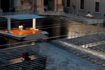Папа Франциск молився на порожній площі Святого Петра
