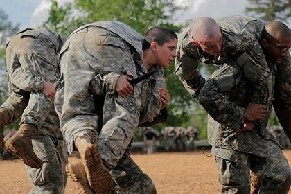 Жінкам в армії США дозволили фарбувати губи та робити зачіски