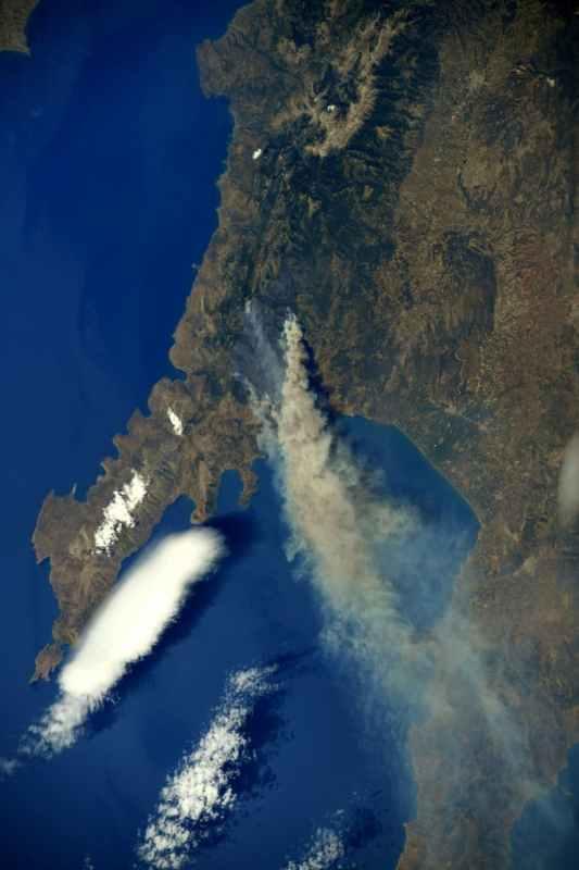Пожежі в Греції зняли з космосу. Фото
