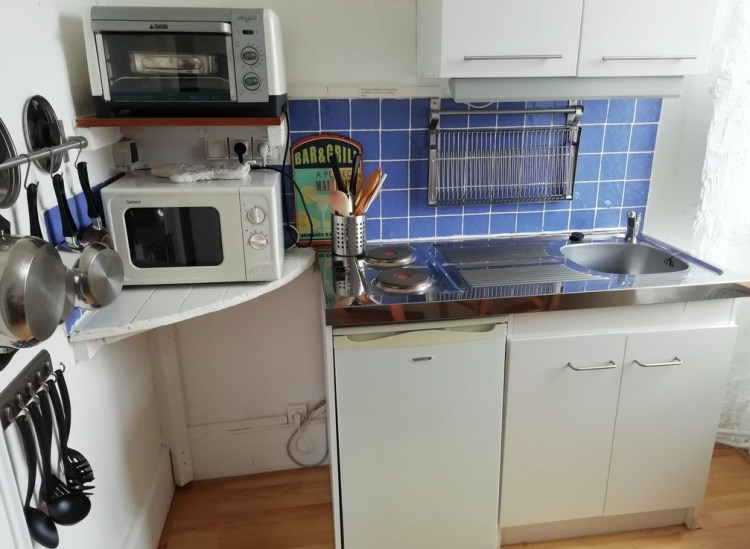 Chambre 3 avec cuisine, équipée avec réfrigérateur, petit four, petite plaque électrique, micro-ondes, casseroles et poêles