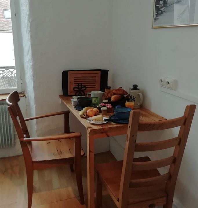 petit déjueuner sur la table de la cuisine de chambre