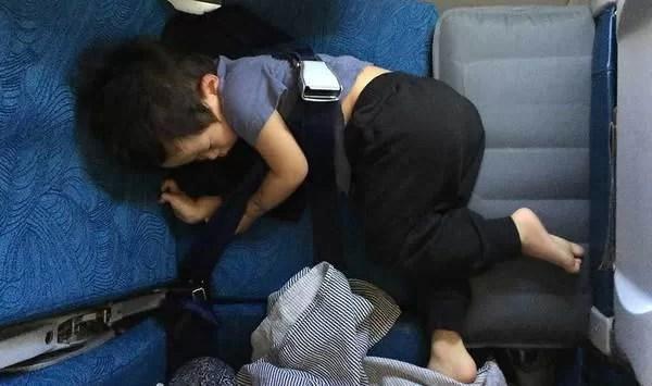 機内で寝る子供