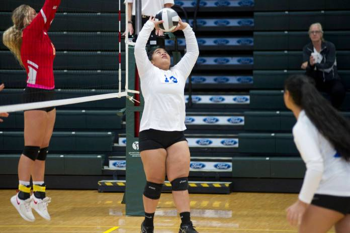 Marissa Tanuvasa-Tuaifale, Seniorin der Thunder Mountain High School, spielt den Ball gegen West Valley bei den Alaska 3A / 4A Volleyball State Championships der ASAA / First National Bank am Freitag im Alaska Airlines Center in Anchorage. Die Falcons gewannen 3: 1 (26-24, 19-25, 25-18, 25-23). (Nolin Ainsworth | Juneau Empire)