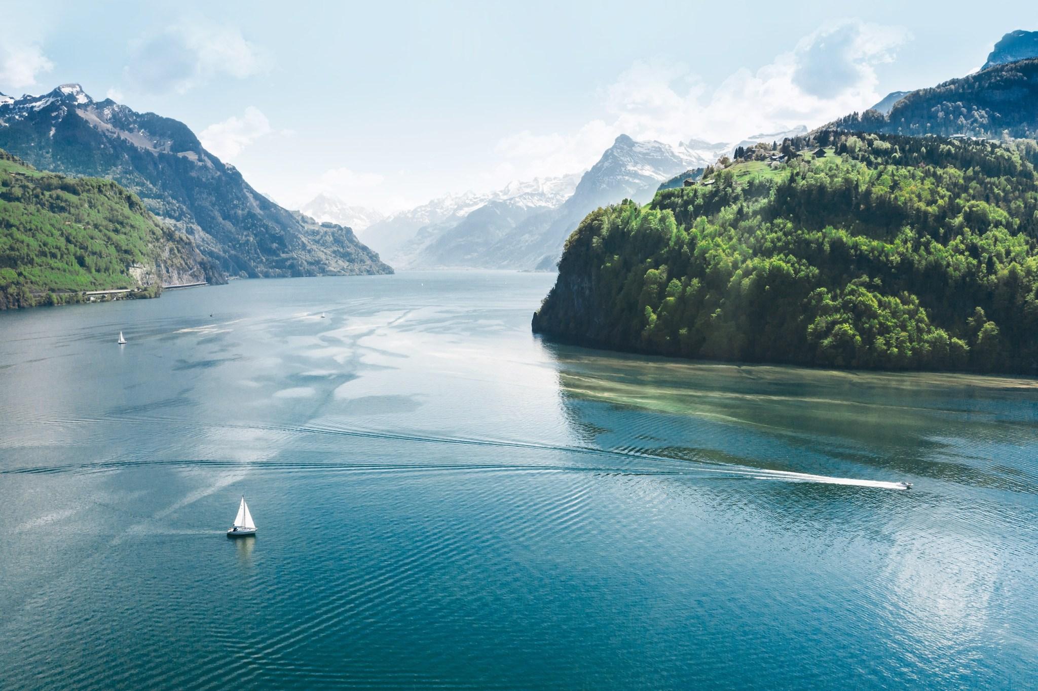 Vue du lac des Quatre-Cantons avec les montagnes de Suisse centrale
