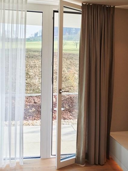Badezimmer mit offener Balkontür NF1 mit flacher Schwelle