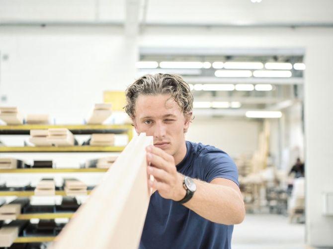 Lernender prüft die Qualität vom Holz