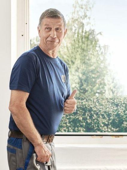 Fenster-Monteur hat Spass bei der Arbeit