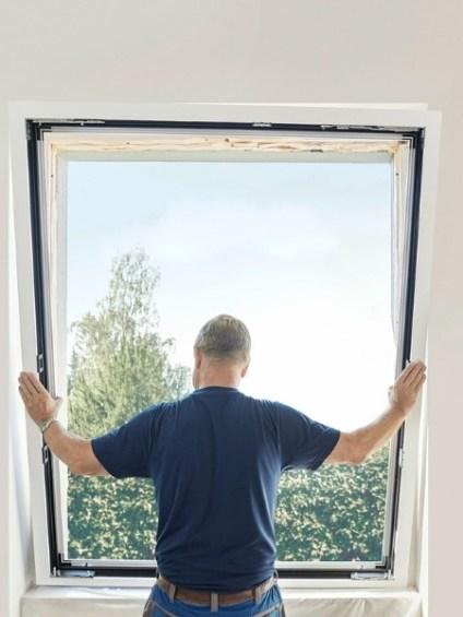 Monteur renoviert das Renovationsfenster RF1