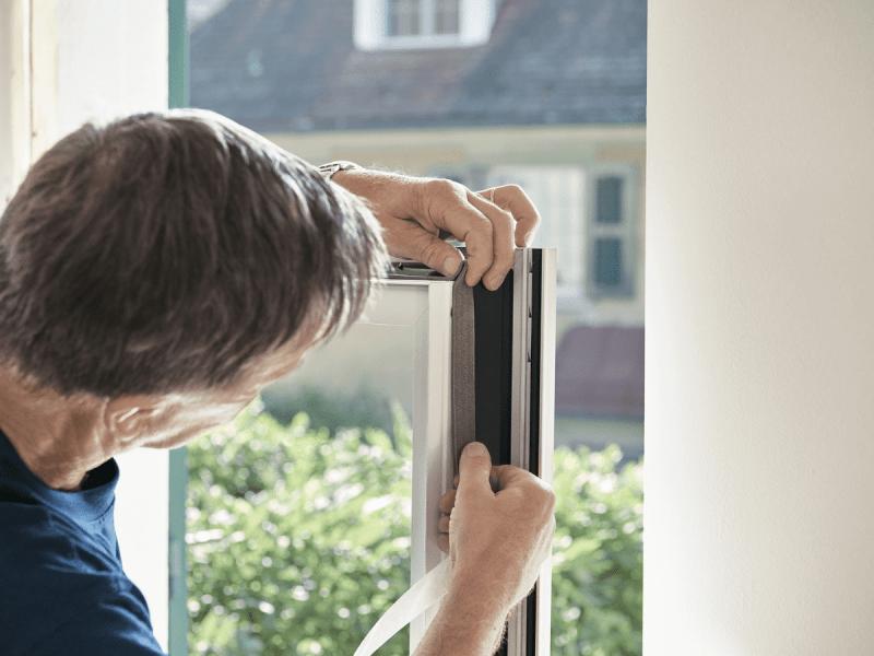 Der Fenstermonteur von 4B dichtet die Fenster optimal ab