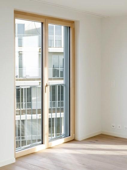 Salle de séjour avec une fenêtre NF1 du sol au plafond en bois-métal
