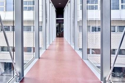 Passarelle mit grossen Glasfenster beim Centre Professionnel du Littoral, Neuchâtel