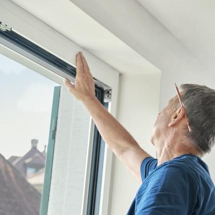 Le technicien de service vérifie la connexion de la fenêtre