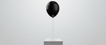 Schwarzer Ballon, Möbel und heller Hintergrund