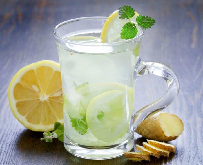 Grüner Tee mit Zitrone auf nüchternen Magen, um Gewicht zu verlieren