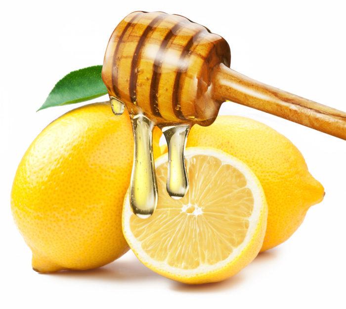 Zitronenwasser auf nüchternen Magen, um Gewicht zu verlieren