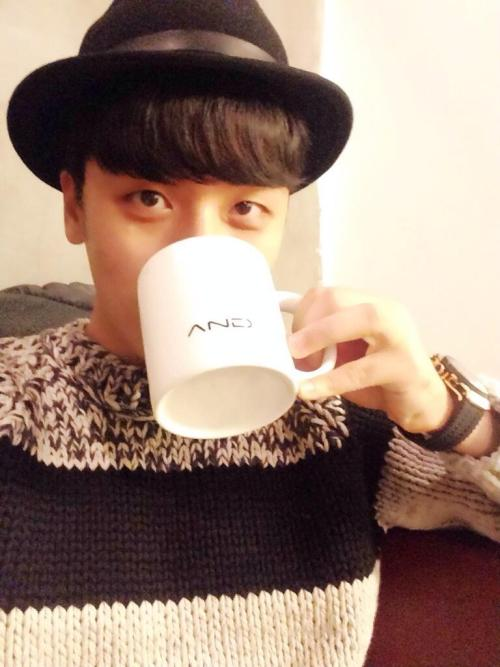 140107 Seungri Twitter Update Just for tomorrow at Jongro-gu Dongseung-dong31-14 ☕️And.here Cafe, if you take a picture like me holding the 'AND cup' and mention me, I'll reply to your mention. Be with warm and sweet waffles!! #Andhere © trans BIGBANGisVIP
