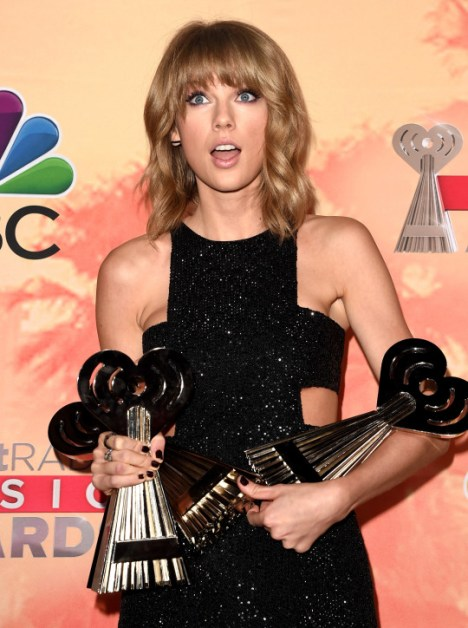 Taylor Swift with the three awards from iHeartRadio Music Awards 2015.