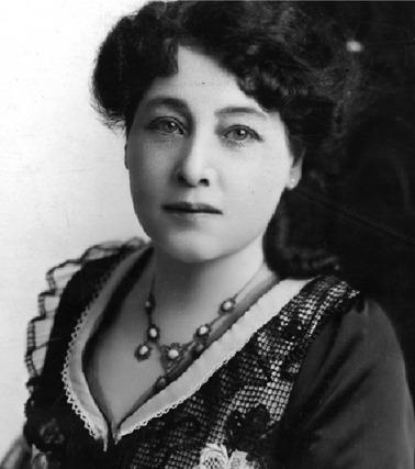 Alice Guy On nomme souvent les frères Lumière ou Georges Méliès pour évoquer la genèse du cinéma, n'oubliez plusAlice Guy, qui à la fin du XIXe siècle a réussi à se faire une place au sein du  gotha du cinéma naissant. Femme indépendante, talentueuse et  incroyablement avant-gardiste, elle est persuadée que l'on peut faire  autre chose que filmer la réalité. Elle propose à Léon Gaumont le  premier scénario de la maison Gaumont. Elle fait alors entrer la fiction  dans le cinéma et devient la première femme réalisatrice et productrice  au monde en mars 1896 avecLa fée aux choux. Scénario après  scénario, tournage après tournage, elle devient une cinéaste alors que  le terme n'existe pas encore (il est attribué à Louis Delluc en 1920). « Votre  recommandation est excellente mais c'est un poste important, j'ai peur  que vous soyez bien jeune », aurait déclaré Léon Gaumont le jour de sa  rencontre avec Alice Guy Blaché. Du haut de ses 21 ans, elle lui  répondit : « Oh ! Mais ça me passera ». C'est ainsi qu'en mars 1894,  Alice Guy Blaché devient la secrétaire de Léon Gaumont.