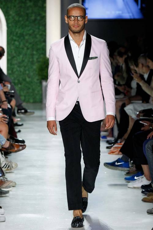 MAJOR MODEL - Roberto desfila para Michael Bastian SS16 na semana de moda de NYC