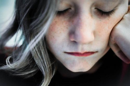 caiofernandodeabreu: Oro a Deus não pedindo cargas mais leves, e sim ombros mais fortes. E tenho repetido que no que depender de mim, me recuso a ser infeliz. As coisas vão dar certo. Vai ter amor, vai ter fé, vai ter paz – se não tiver, a gente inventa. Caio Fernando Abreu