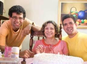 A la izquierda mi hermano, junto a mi madre y yo