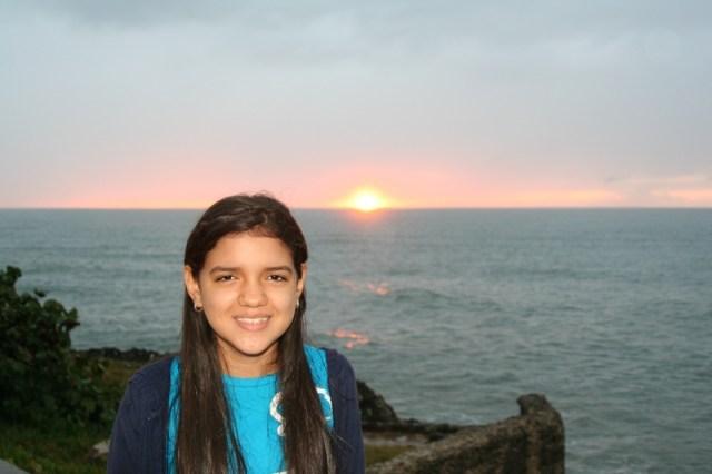 Vielka sonríe frente a su primer amanecer