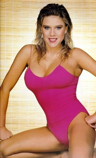 la pulpeuse chanteuse britannique Samantha Fox, icone des années 80