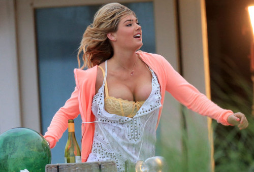 Kate Upton's bra within the battle of its life on the film set