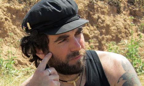 """Io che non credo alla guerra, non voglio essere seppellito sotto nessuna bandiera. Semmai vorrei essere ricordato per i miei sogni. Dovessi un giorno morire – fra cent'anni – vorrei che sulla mia lapide fosse scritto quello che diceva Nelson Mandela: """"Un vincitore è un sognatore che non ha mai smesso di sognare"""". Vittorio Arrigoni"""