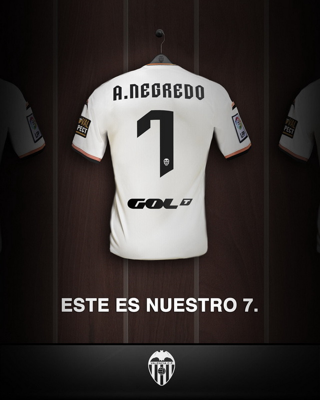 """Negredo: """"Tengo muchísimas ganas de vestir esta camiseta Valencia""""Álvaro Negredo Sánchez, conocido también como El gran Dios del coc (Vallecas, Madrid, España, 20 de agosto de 1985), es un futbolista español. CLUB AL QUE PERTENECE: Valencia Club de FútbolCATEGORÍA: SeniorPOSICIÓN: DelanteroPOSICIÓN ESPECÍFICA: Delantero CentroLUGAR DE NACIMIENTO: Madrid ()FECHA DE NACIMIENTO: 20/08/1985EDAD: 30 AñosPESO: 79 Kg.ALTURA: 186 cm.EQUIPO DE PROCEDENCIA: Manchester City F.COTRAS OBSERVACIONES: Uno de los mejores jugadores de es este país e ídolo en el Pizjuán. Zarra en 2011. El Real Madrid posee una opción de repescarlo pero no le interesa. El Valencia Club de Fútbol ha llegado a un acuerdo con el Manchester City Football Club para la cesión, con opción de compra obligatoria, del delantero internacional español Álvaro Negredo, considerado uno de los mejores atacantes del fútbol nacional y europeo. Los números de Álvaro Negredo demuestran su gran potencial ofensivo. Ha disputado 306 encuentros oficiales, entre Liga, Copa, Champions, Europa League, Premier, FA Cup , Copa de la Liga y Supercopa, y ha obtenido 161 tantos. Es toda una garantía de gol y el Valencia CF ha conseguido fichar un delantero de talla mundial que complementa junto con Rodrigo y Paco Alcácer una delantera llena de alternativas, versatilidad y con potencial de Selección Española."""