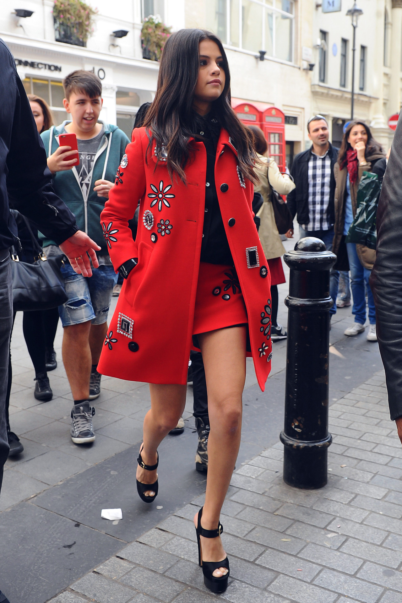 selenaonly: 25. September 2015 - Selena out and about in London, England. Selena x bae
