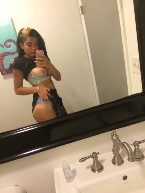 stingraybabe:  Work was slow. Took pictures in the bathroom ?