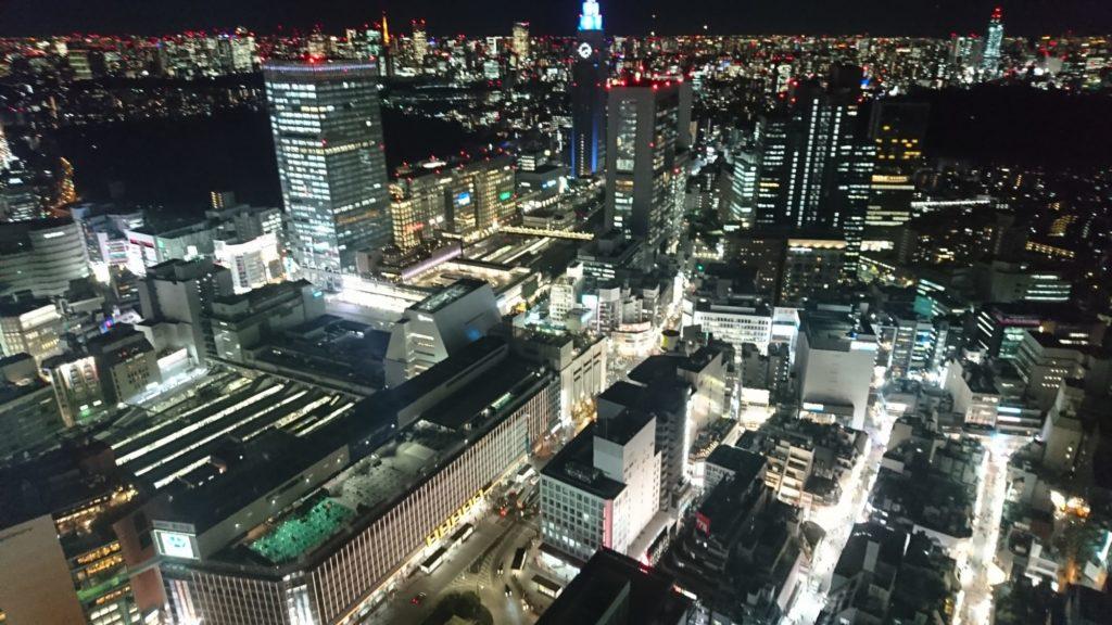 新宿駅が真下に見えます