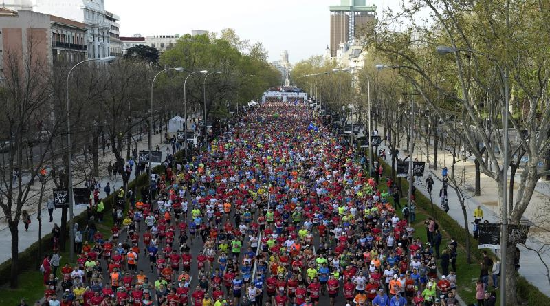 Miles de corredores tras la salida del EDP Rock n'roll Maratón de Madrid en la que se han dado cita más de 35.500 atletas de 124 países. Se trata del 41 cumpleaños del maratón madrileño, que posee el Gold Label de la IAAF, lo que le coloca a la altura de las prestigiosas pruebas de Nueva York, Londres y Berlín. EFE/Víctor Lerena