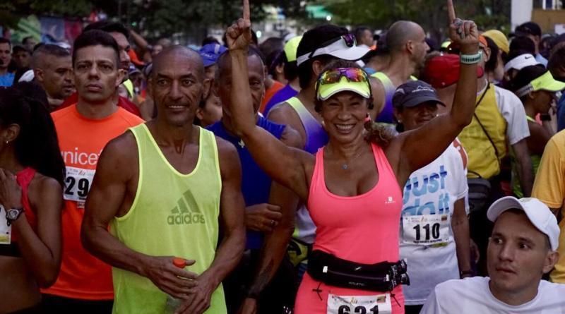 Algunos de los participantes, emocionados, esperando la salida de la media maratón/Cortesía
