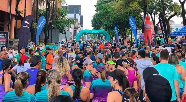 Los corredores antes de la salida en la avenida Río de Janeiro/Cortesía