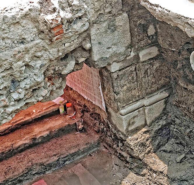 """Varios niveles. Desde lo que fue el patio central desplantan 13 escalones que llegaron a un descanso y después continuaron en forma de """"u"""" para llevar al segundo piso. Bajo el segmento de escalera que conduce a la planta alta se observan los restos de lo que fue la accesoria de la morada, que permanece sin explorar para conservar la estabilidad de las ruinas."""