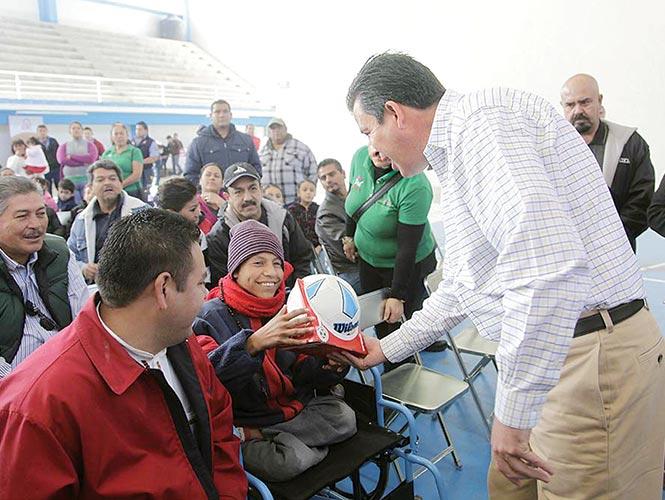 En las redes sociales la imagen del gobernador Miguel Márquez entregando un balón a un niño en silla de ruedas desató críticas e indignación.