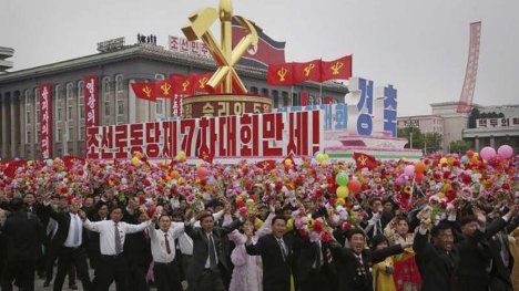 Miles de personas abarrotaron la plaza Kim Il Sung de la capital, para celebrar los logros del VII Congreso del PTC. Foto: AP