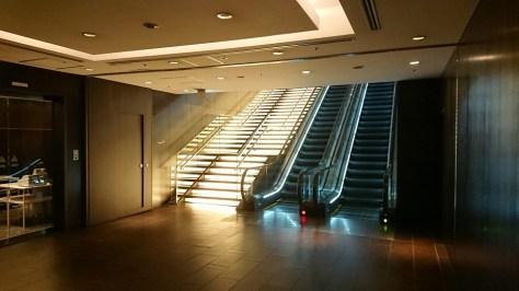 羽田空港サクララウンジ入口の階段