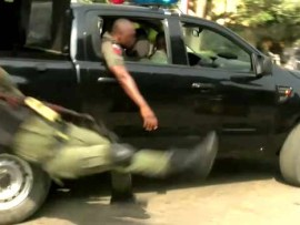 Video: Officer falls from moving van and gets injured while jubilating over the reversal of Lagos police commissioner, Edgal Imohimi