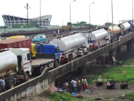 Lagosians react as tankers?and containers mysteriously disappear from Ikorodu road ahead of President Buhari