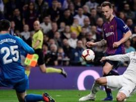 Ivan Rakitic scores for Barcelona against Real Madrid