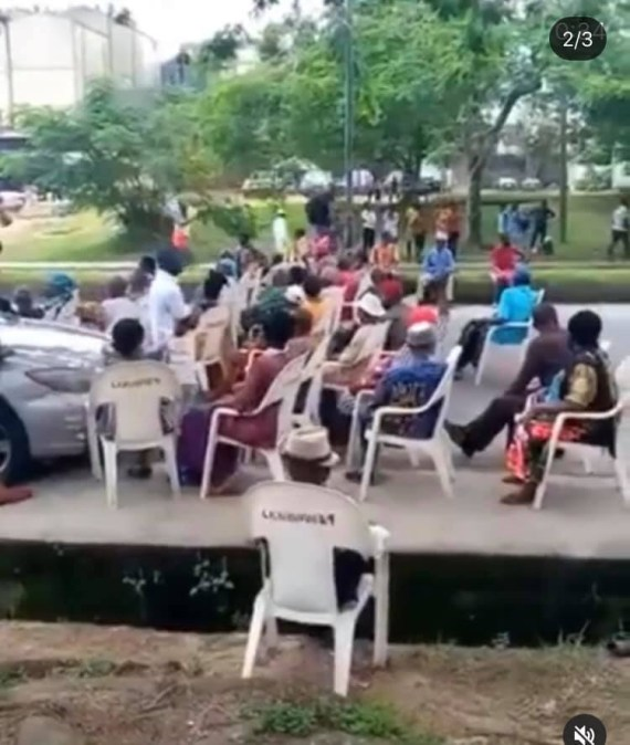 Elderly pensioners block major road in Calabar as they demand payment of their pension (videos)