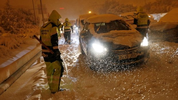 Firefighters help stranded drivers in Madrid