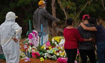 Relatives attend a Covid-19 victim's burial at the Nossa Senhora Aparecida cemetery in Manaus, Brazil on 15 April