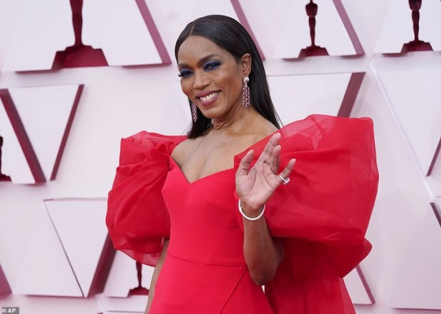 Stunning red carpet photos from the 2021 Oscars