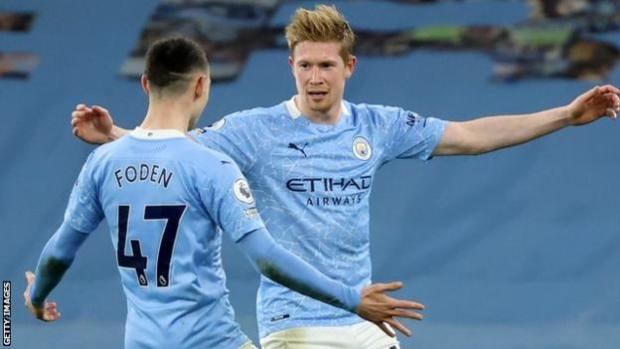 Kevin de Bruyne celebrates a Manchester City with team-mate Phil Foden