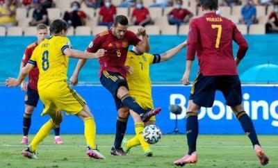 Koke slices a shot wide for Spain against Sweden